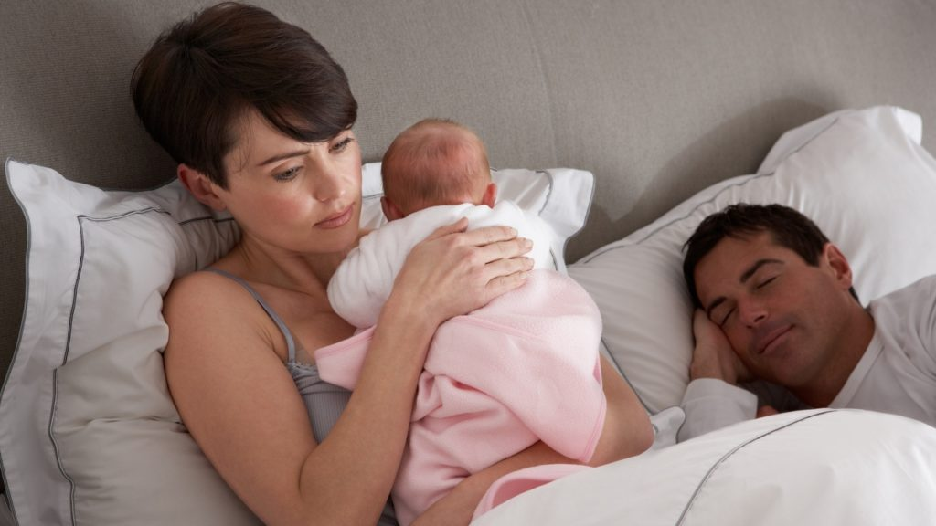 Послеродовая депрессия: симптомы и причины