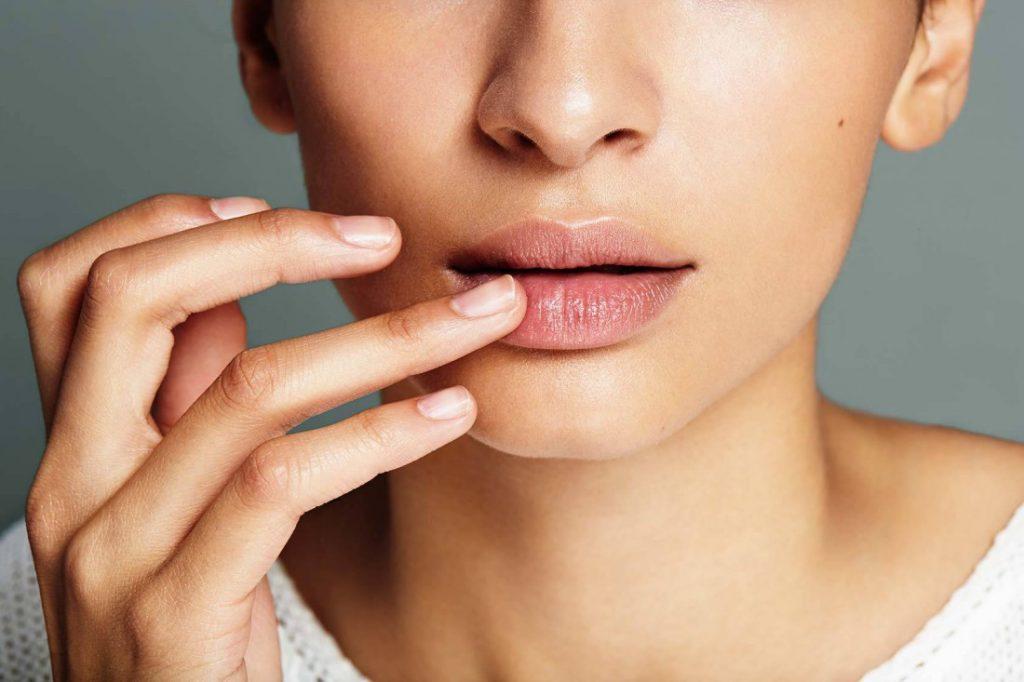Обветренные губы: причины и лечение