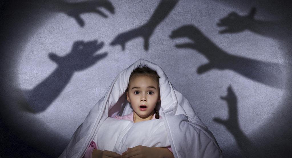 Почему темнота пугает детей?